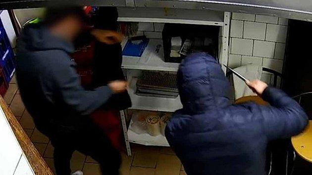 Zakuklenec chtěl otevřít trezor, číšníka ohrožoval nožem. Policie hledá svědky