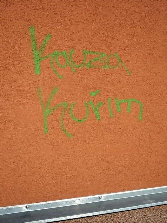 Nápis Kauza Kuřim na zdi brněnského Klokánku.