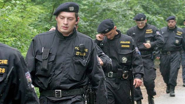 Rojnice policistů hledajících ztracenou Aničku.