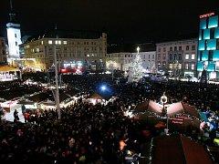 Brňané rozsvítili vánoční strom na náměstí Svobody. V centru města začaly trhy.