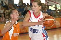 Díky koši Evy Vítečkové (s míčem) před dvěma lety proti Bourges postoupily basketbalisty Gambrinusu Brno do Final Four. Podaří se jí něco podobného zopakovat i letos?
