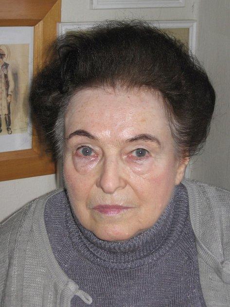Olga Vlasáková kreslí a popisuje předměty, jež byly součástí tradice a obyčejů