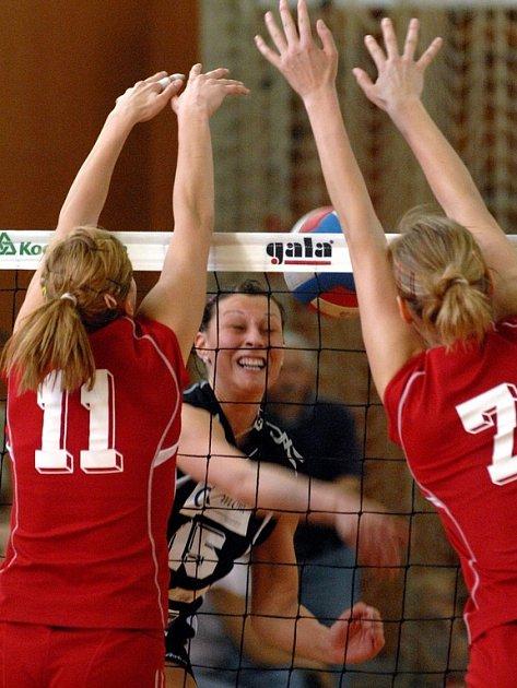 Osmnáctiletá Soňa Mikysková(číslo 15) se chce naplno prosadit i ve volejbalové extralize.