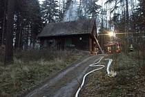 Požár chaty v Bílovicích nad Svitavou.