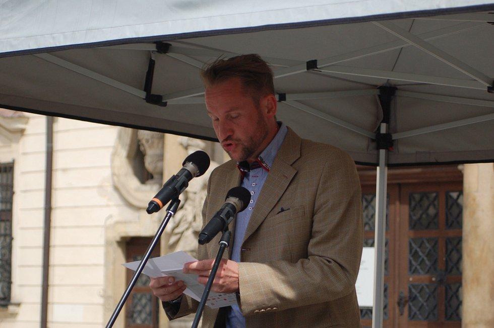 Pamětníci, přeživší, historici i náhodní kolemjdoucí se ve čtvrtek zastavili na brněnském Moravském náměstí. Tříhodinovým čtením jmen tady uctili památku židovských a romských obětí holokaustu.