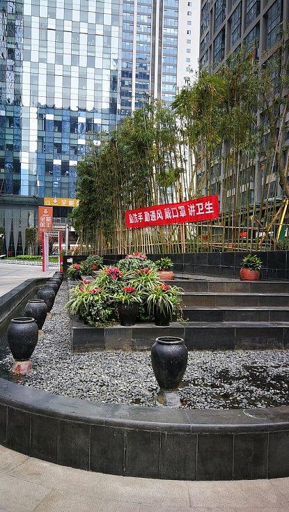Červený transparent v Chengdu: v překladu umývejte si ruce, pravidelně větrejte místnosti, noste vždy ústní roušku, dbejte na hygienu.