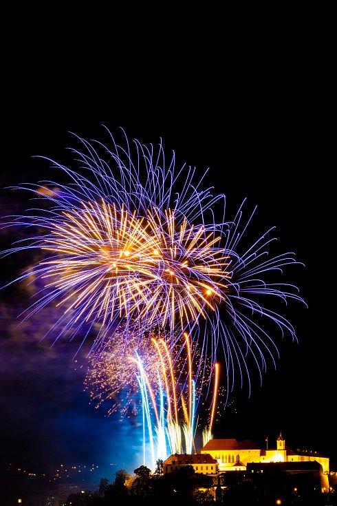 Ohňostrojný muzikál s názvem Óda na šťastný let měli možnost vidět lidé v sobotu večer na nebi nad hradem Špilberk. Foto: Tomáš Tetur