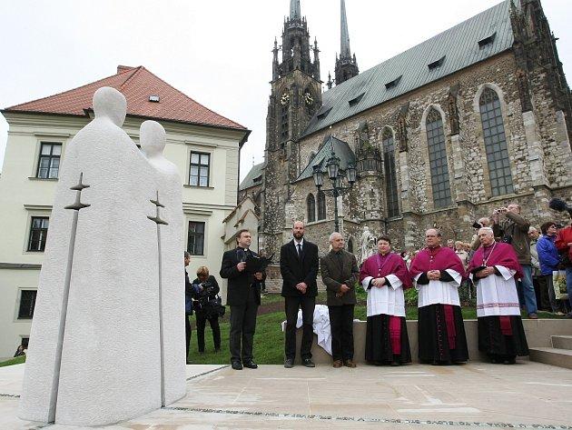 Socha sv. Cyrila a Metoděje mezi Petrskou ulicí a prostorem před katedrálou sv. Petra a Pavla Brnu připomíná 1150. výročí příchodu věrozvěstů na Velkou Moravu.