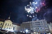 Vánoční ohňostroj před brněnskou radnicí na Dominikánském náměstí.