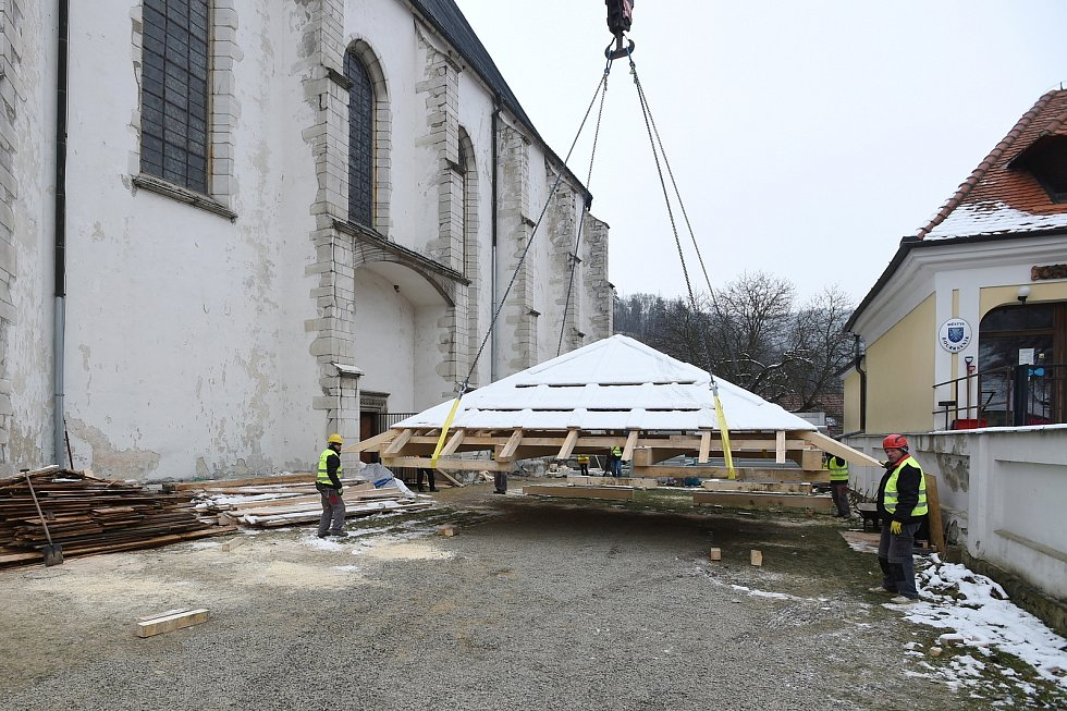 Opravovaný kostel v Doubravníku na Brněnsku.