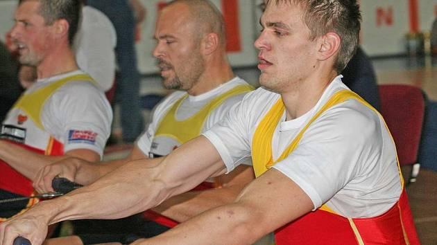 Václav Chalupa (uprostřed) a Ondřej Synek (vpravo) se prosadili i ve veslování na trenažéru.