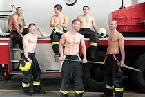 Nejen při výjezdech, ale i ve volném čase najdou jihomoravští hasiči čas na dobré skutky. Dvanáct členů jejich sboru se vyfotilo pro charitativní kalendář na příští rok. Výtěžek z prodeje přispěje Nadačnímu fondu dětské onkologie Krtek.