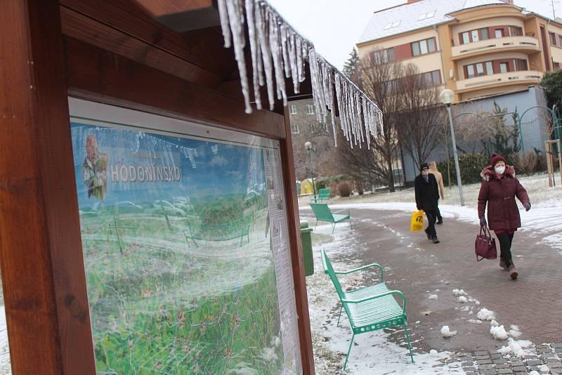 Ledovka v centru Hodonína v pondělí dopoledne.