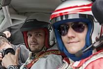 Českou thajboxerskou jedničku těžké váhy při Dnu otevřené dráhy svezl profesionální závodník Jiří Mičánek junior v Porsche 911 GT3.