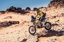 Motocyklový závodník Jan Brabec bojoval v Saúdské Arábii s náročným terénem.