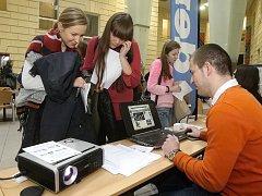 Multimediální den na fakultě sociálních studií přilákal stovky lidí. Část z nich zamířila i ke stánku Deníku Rovnost.