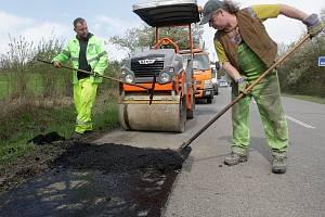 Letošní plánované opravy krajských silnic na jižní Moravě budou stát půl miliardy. Silničáři už pracují například na brněnské Rakovecké silnici.