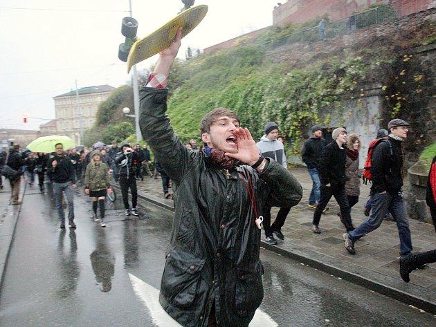 Demonstrace Listopadem to nekončí se účastnilo několik stovek lidí.