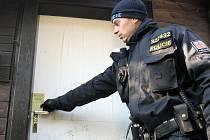 Policisté kontrolují chaty.