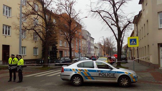 Policie a hasiči zasahují v Šámalově ulici v Brně-Židenicích, kde v jednom z bytů našli mrtvého muže