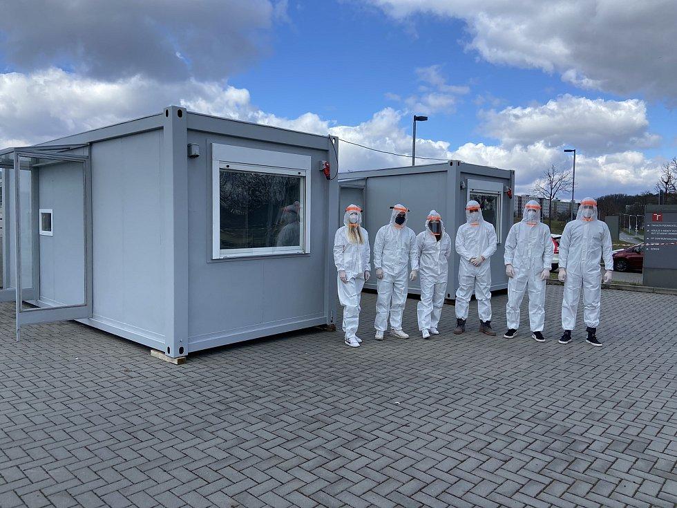 Antigenní testovací centrum na parkovišti před FEKT VUT.