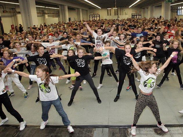 Rozlehlá hala pavilonu E brněnského výstaviště zažila překonání českého rekordu. Na jednom parketu se sešlo v jednu chvíli dohromady 614 tanečníků a všichni společně tančili stejnou choreografii.