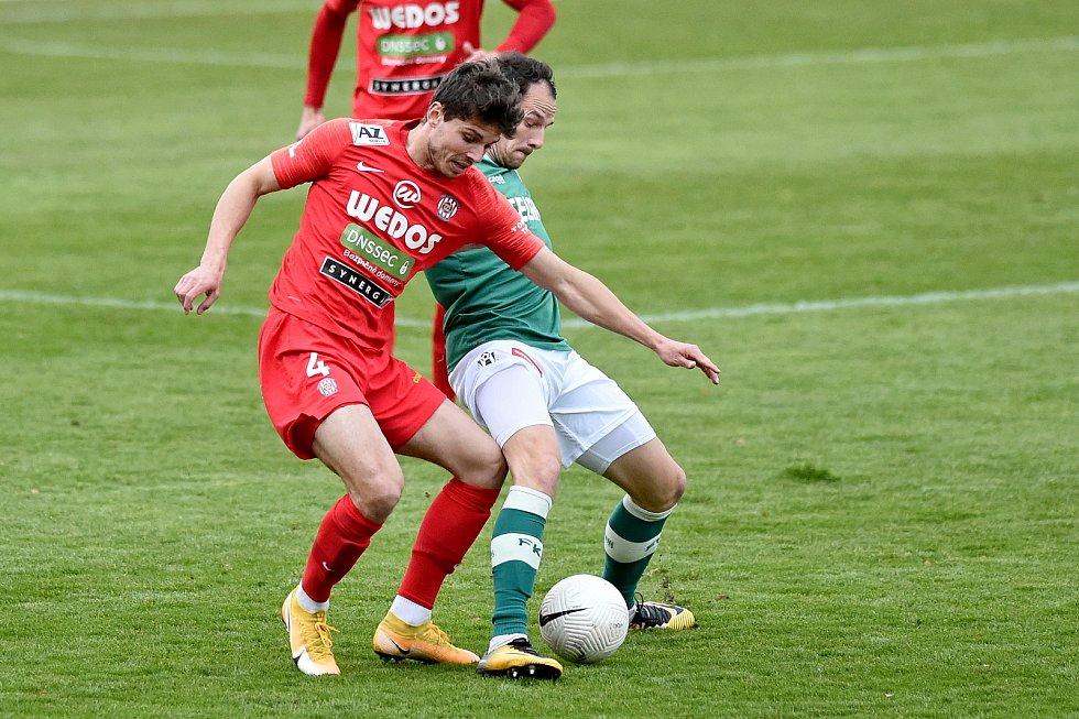 Brněnští fotbalisté (v červeném) podlehli na domácím hřišti Jablonci 1:2.
