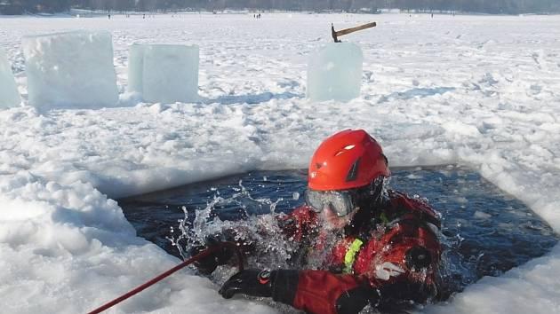 Ojedinělý výcvik v úterý absolvovali jihomoravští hasiči. Na Brněnské přehradě si natrénovali záchranu lidí pod ledem. S nebezpečným výcvikem hasičům pomáhali také policejní potápěči.