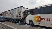 Nehoda dvou kamionů a autobusu zablokovala ve středu po poledni dálnici D1.