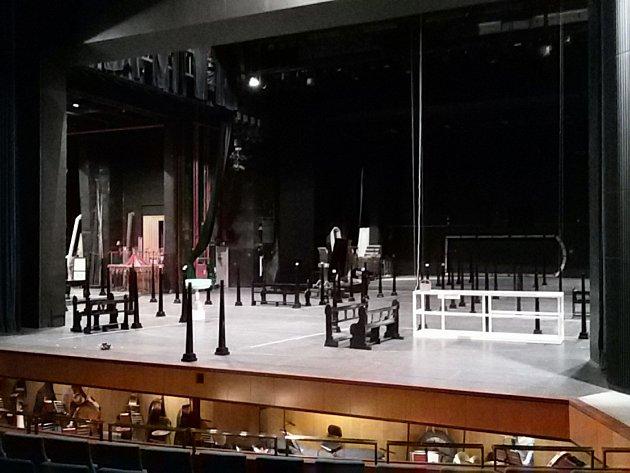 Národní divadlo Brno muselo ve středu kvůli kolapsu spodní jevištní techniky na Janáčkově scéně zrušit představení opery Madama Butterfly. Zcela selhaly jevištní stoly a vozy, které zajišťují přestavby mezi jednotlivými výstupy a výměnu dekorací.