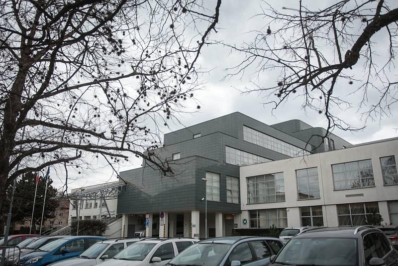 PROSTOR PRO OMBUDSMANA. Původně byla budova postavená pro Okresní výbor KSČ Brno-venkov. Po revoluci ji využívala Fakultní nemocnice, roku 2001 byla předaná Kanceláři veřejného ochránce práv.