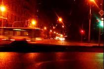 Nebezpečný průjezd autobusu brněnské městské hromadné dopravy. Na semaforu auta už svítí zelená a autobus teprve vjíždí v plné rychlosti do křižovatky.