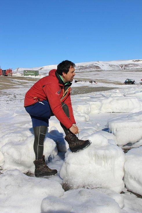 Vzácná fotografie, na níž se schyluje k zátěžovému kombinovanému testu jak obuvi, tak termoprádla: bezvětří a teplota výjimečně vysoko nad nulou vylákala mladého vědce k závodu polem ledových ker.
