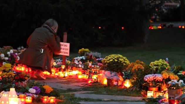 Brňané ve středeční večer uctili památku zesnulých.