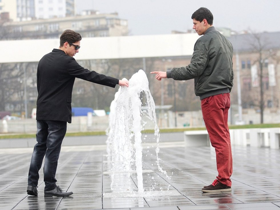 Před Janáčkovým divadlem ze země stříkají vodotrysky.