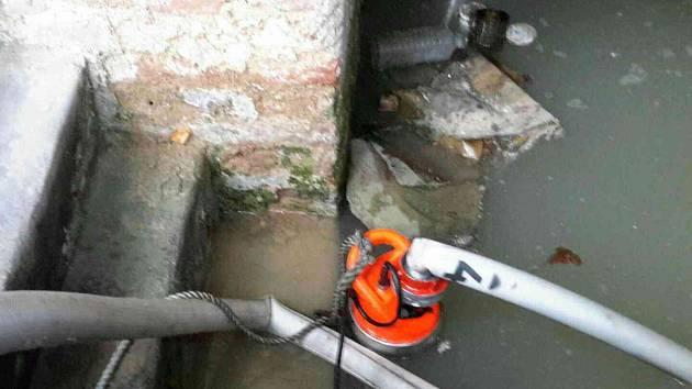 Voda po havárii zatopila sklep domu v Jundrově. Kvůli tlaku vody se tam zřídila zeď.