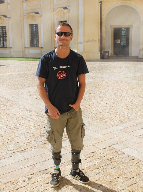 Při nehodě přišel očásti obou nohou a na levé ruce mu zůstal jediný prst. Přes svůj handicap zůstal David Průša (na snímku) velkým dobrodruhem a cestovatelem.