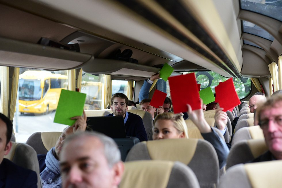 Lídři odpovídali kartami na otázky politického kvízu.