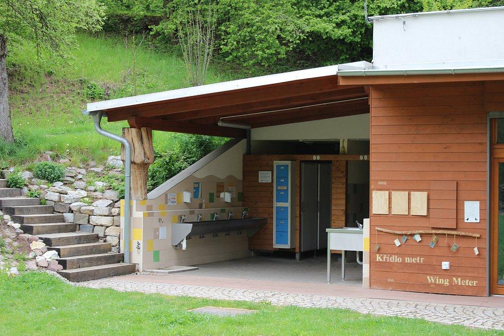 Kaprálův mlýn je uzpůsoben i pro táboření v jeho okolí. Na snímku je venkovní umývárna.