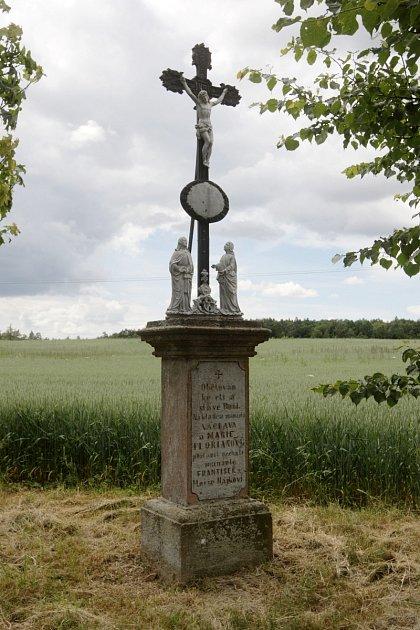 """Pod svoji správu převzala obec Ketkovice sedm starých křížů ve svém okolí. """"Postupně je opravujeme, jsou ve špatném stavu,' konstatoval tamní starosta Josef Obršlík."""
