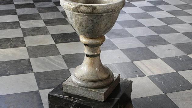 Křtitelnice v kostele svatého Jakuba.