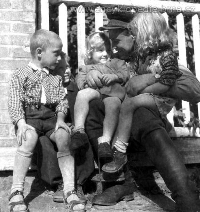 Příslušník Rudé armády s brněnskými dětmi krátce po osvobození Brna.