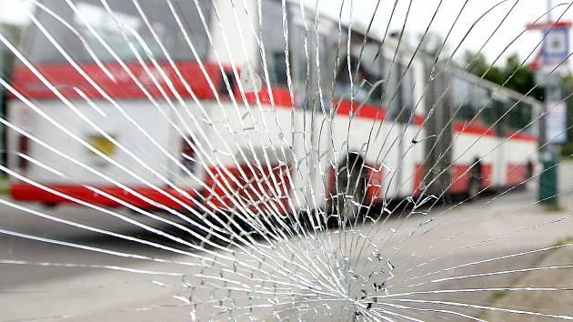 Lidé v kraji si stěžují na pravidelně poničené zastávky hromadné dopravy. Ročně vandalové na jihu Moravy způsobí škody za statisíce.