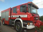 U Vojkovic lidem ze stojícího vlaku pomáhali hasiči Správy železniční dopravní cesty.