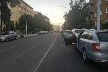 Při opravách Merhautovy ulice v Brně se podle některých cyklistů zapomnělo na tzv. dveřní uličku, která má zabránit případným kolizím s řidiči aut, kteří při zastavení u obrubníku otevřou dveře.