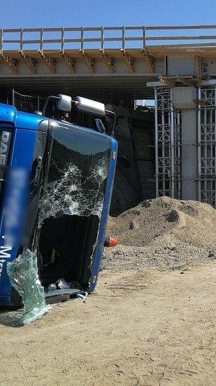 Nehezky začal nový pracovní týden řidič nákladního auta, které se vpondělí po jedenácté hodině dopoledne převrátilo uŘípské ulice vBrně.