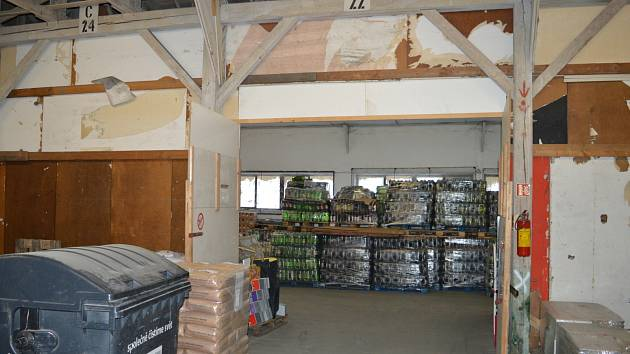 Celníci zadrželi v brněnském skladu čtyřicet tisíc litrů pančovaného vína za milion korun.