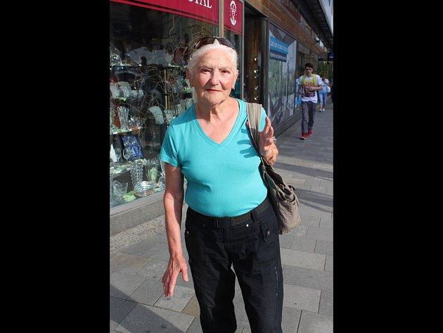 Osmasedmdesátiletá žena trénuje sebeobranu, střílí a ujde 20 kilometrů denně.