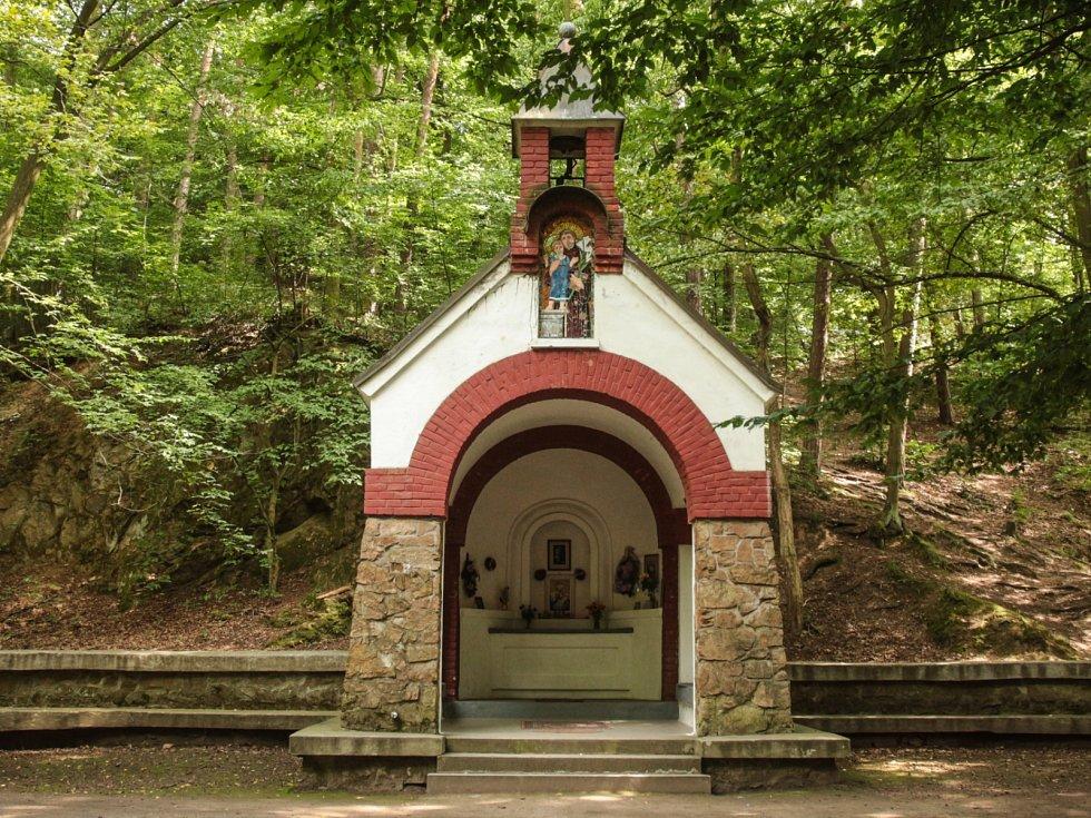 První kapličku na místě postavili lidé vděční za boží ochranu v časech epidemie cholery. V roce 1924 dokončili dělníci současnou kapli a po opravách stavba slouží každoročně k poutní mši.