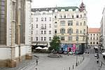 Pohled na Jakubské náměstí v Brně. Přes léto jee zde živo dlouho do noci, což vadí tamním obyvatelům.